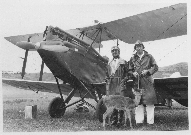 01_Victor Roffey et son Golden eagle avec lequel il a réalisé la première liaison Nouvelle-Calédonie-Australie en 1931