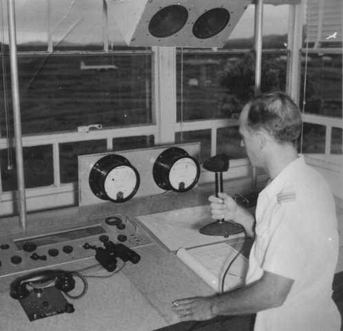 25_Nouméa-La Tontouta, intérieur de la tour de contrôle dans les années 1950. ANC 1_Num_5-183_600000