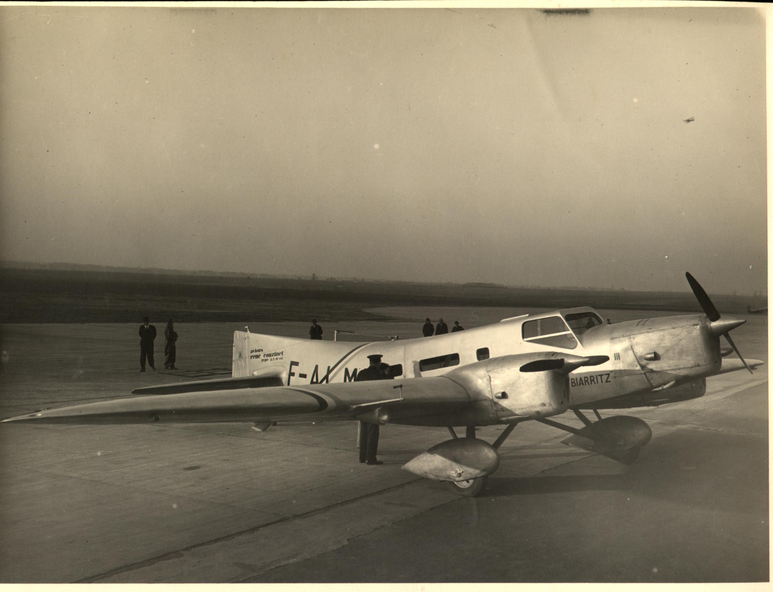 03_Le Biarritz, piloté par Charles de Verneuil, premier avion à effectuer la liaison Paris-Nouméa, soit 21 000 km, du 9 mars au 5 avril 1932.